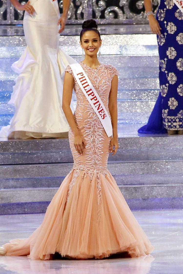 Megan Young lên ngôi Hoa hậu Thế giới 2013 trong bộ đầm màu hồng cam đuôi cá tuyệt đẹp. Với vẻ đẹp ngọt ngào sẵn có cộng thêm chiếc áo cà sa hộ mệnh giúp Philippines mang về chiếc vương miện đầu tiên tại Miss World sau nhiều năm tuột mất cơ hội. Mang cả vườn hồng đến Miss World – Chiến lược vô cùng cao tay của Tiểu Vy