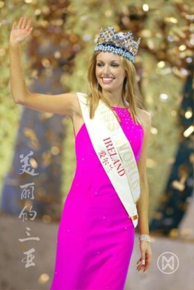 Cũng chọn màu hồng - nhưng bộ cánh màu hồng cánh sen đượcRosanna Davison chọn để mặc trong đêm chung kết Miss World 2003 đã góp phần giúp cô đăng quang năm đó. Mang cả vườn hồng đến Miss World – Chiến lược vô cùng cao tay của Tiểu Vy