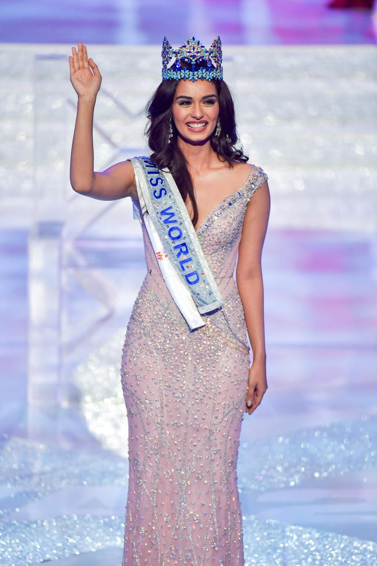 Năm 2017, Manushi Chhillar đăng quang Miss World 2017… lại là một bô màu váy màu hồng không có một chút khuyết điểm. Mang cả vườn hồng đến Miss World – Chiến lược vô cùng cao tay của Tiểu Vy