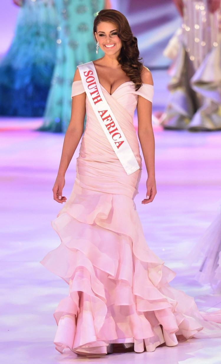 Một năm sau, cả thế giới chứng kiến sự lên ngôi củaRolene Strauss tại Miss World 2014, cũng diện một bộ váy dạ hội màu hồng cực kì quyến rũ. Mang cả vườn hồng đến Miss World – Chiến lược vô cùng cao tay của Tiểu Vy