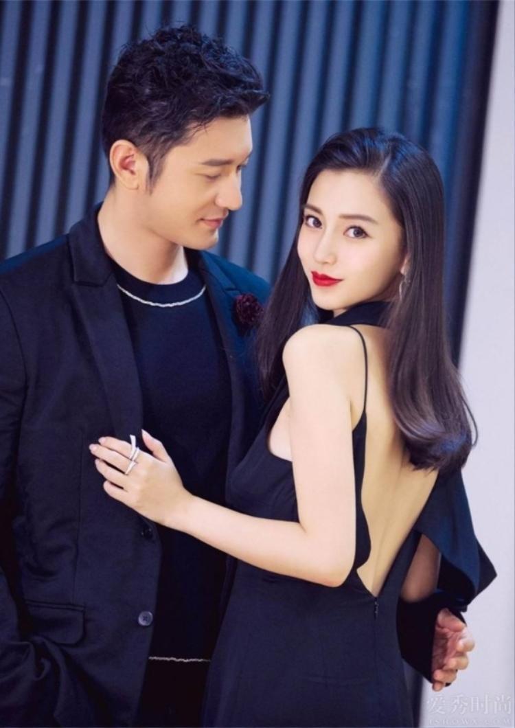 Vào sinh nhật 24 tuổi của bạn gái, Huỳnh Hiểu Minh bao trọn tiền sảnh của một khách sạn lớn và trang hoàng bằng hoa cùng bóng bay. Bên cạnh đó anh chàng còn lãng mạn dùng 999 bông hoa xếp thành hình trái tim với ý nghĩa:Đời này kiếp này mãi mãi yêu em!