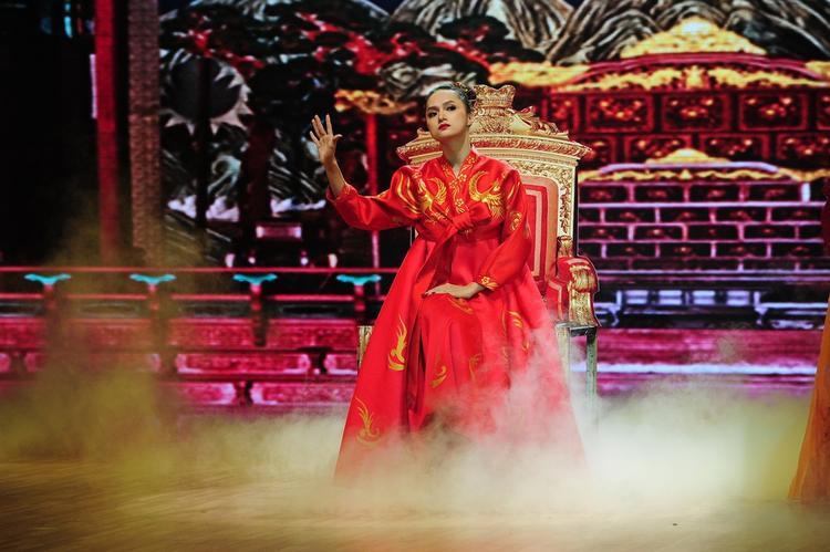 Không đêm thi nào Hương Giang không mang đến một câu chuyện văn hóa độc đáo như hóa thân thành nữ hoàng Hàn Quốc cô độc và yêu ... nhảy múa.