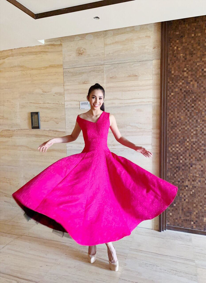Recently, Little Vy has enjoyed a lot of people when they show their dress in pink gongs. Vietnam's World Cup 2018 representative is as new as a princess who is trying to do her best to make her dance moves. look amazing.