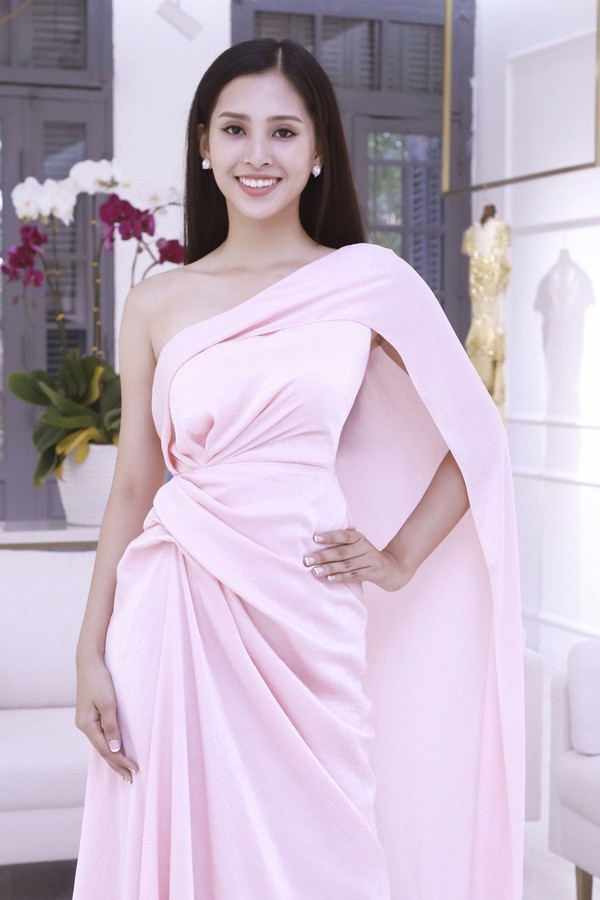 The pink color is well-suited for Little Vy, giving thanks to the design, choice of text; black-haired clothes.