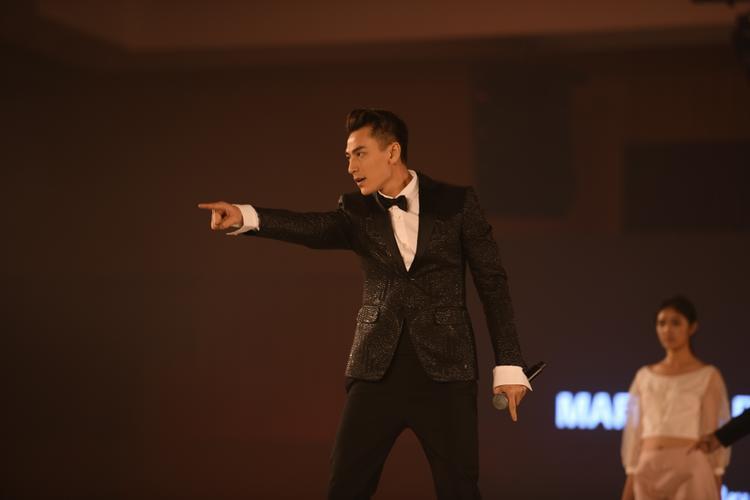 Xuất hiện bảnh bao, nam thần Isaac đốn tim fan hâm mộ bằng bản hit triệu view Mr.right cùng vũ đạo cuốn hút.