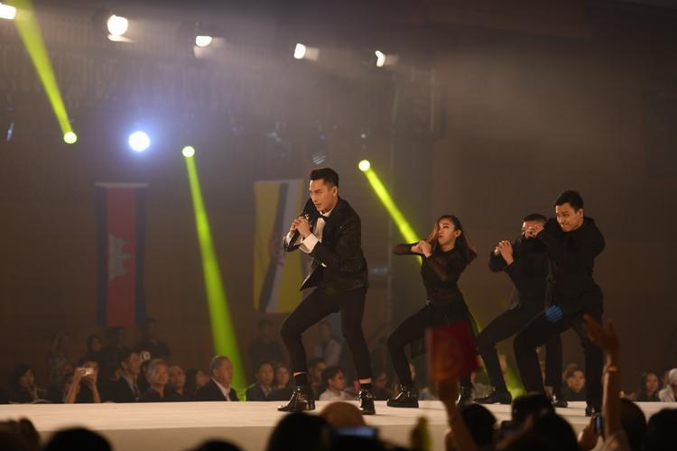 Phần trình diễn của Isaac khiến khán giả quốc tế chú ý hơn bao giờ hết. Sự reo hò ủng hộ cho đại diện Việt Nam cũng vô cùng nồng nhiệt.