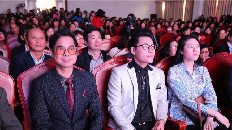Cha con Ngọc Sơn - Duy Cường cũng góp mặt tạitrườngKhoa học xã hội nhân văn - Đại học Quốc gia Hà Nội trong ngày lễ tri ân nhà giáo.