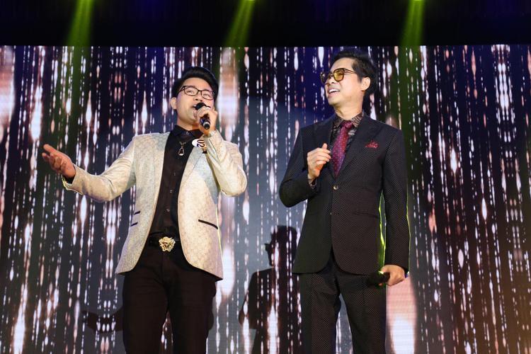 Đồng thời thể hiện những ca khúc ấn tượng trên sân khấu.