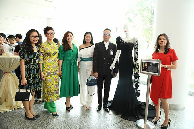 Những vị quan khách Việt kiều tại Malaysia rất thích thú với những thiết kế đẳng cấp quốc tế của NTK