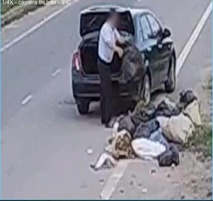 … thản nhiên vứt rác giữa đường. Ảnh cắt từ clip