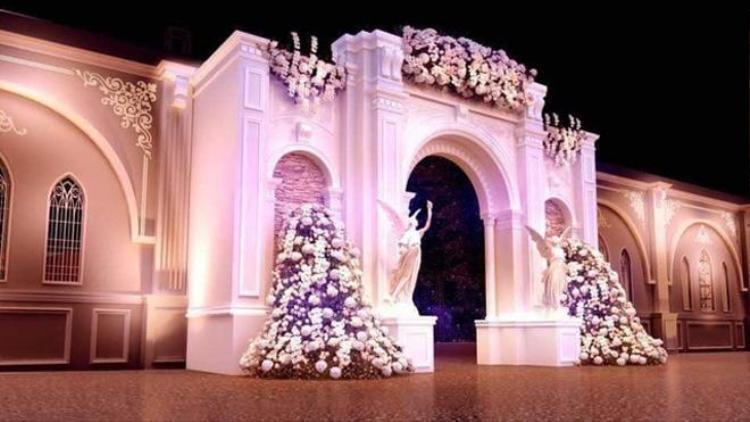 Hình ảnh trang trí bên ngoài cửa đám cưới thật lộng lẫy.