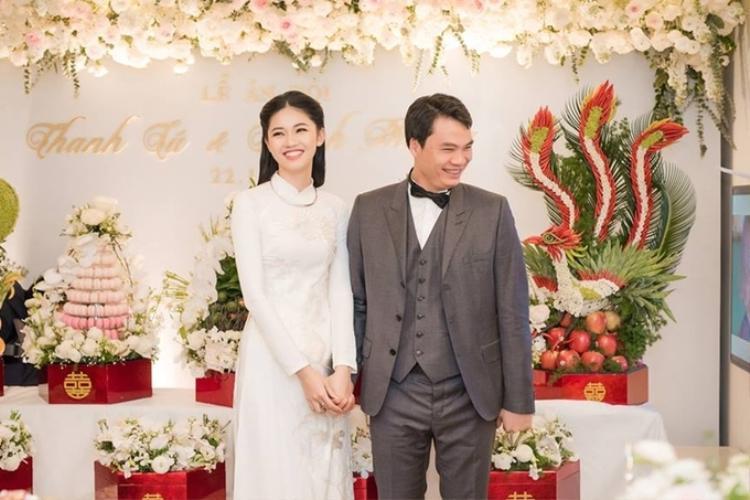 """Cô cho biết bạn trai doanh nhânNguyễn Thành Phương sinh năm 1978 và là mối tình đầu. """"Mọi người khen anh trẻ, dù anh lớn hơn tôi nhiều tuổi, nhưng vẫn chưa đến sinh nhật tuổi 40 đâu. Tôi cũng không muốn tiết lộ quá nhiều để bảo vệ sự riêng tư của anh ấy"""", á hậu nói."""