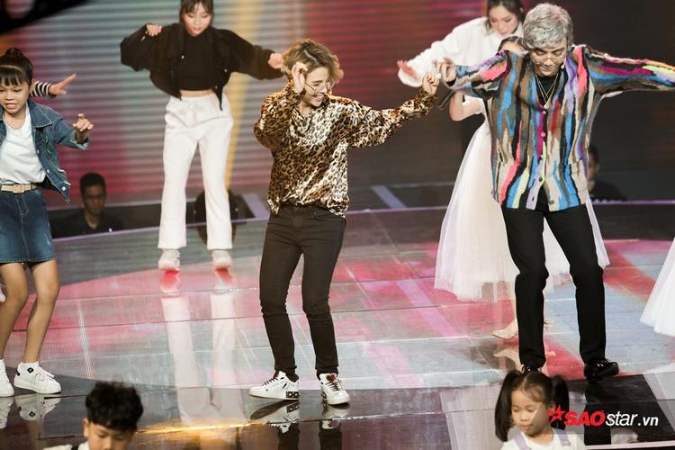 Fan bấn loạn khi Soobin  Vũ Cát Tường hóa cặp đôi bóng bẩy nhảy phụ họa cho dàn trò cưng