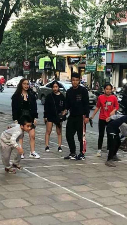 """Bức ảnh làm dấy lên tin đồn Hà Đức Chinh đang """"đá cặp"""" cùng Hà Trang."""
