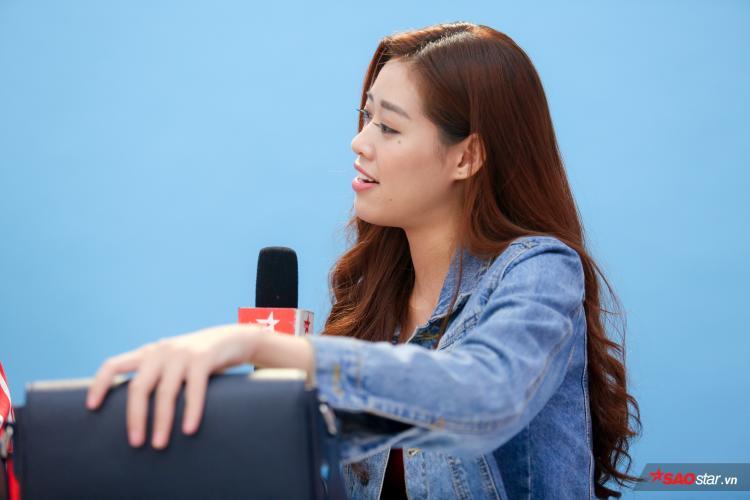 Khánh Vân vô cùng thích thú với những chia sẻ của chuyên gia túi hiệu.