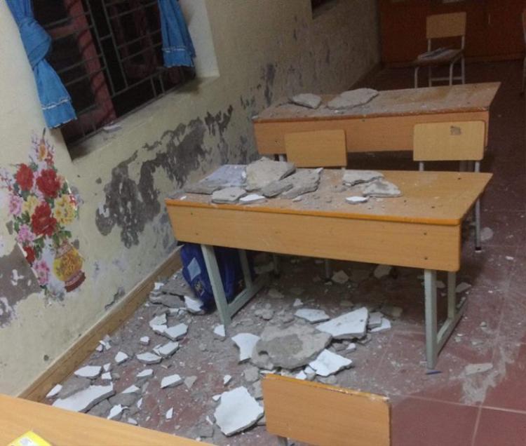 Khung cảnh lớp học sau khi mảng vữa từ trần nhà rớt xuống đầu học sinh.