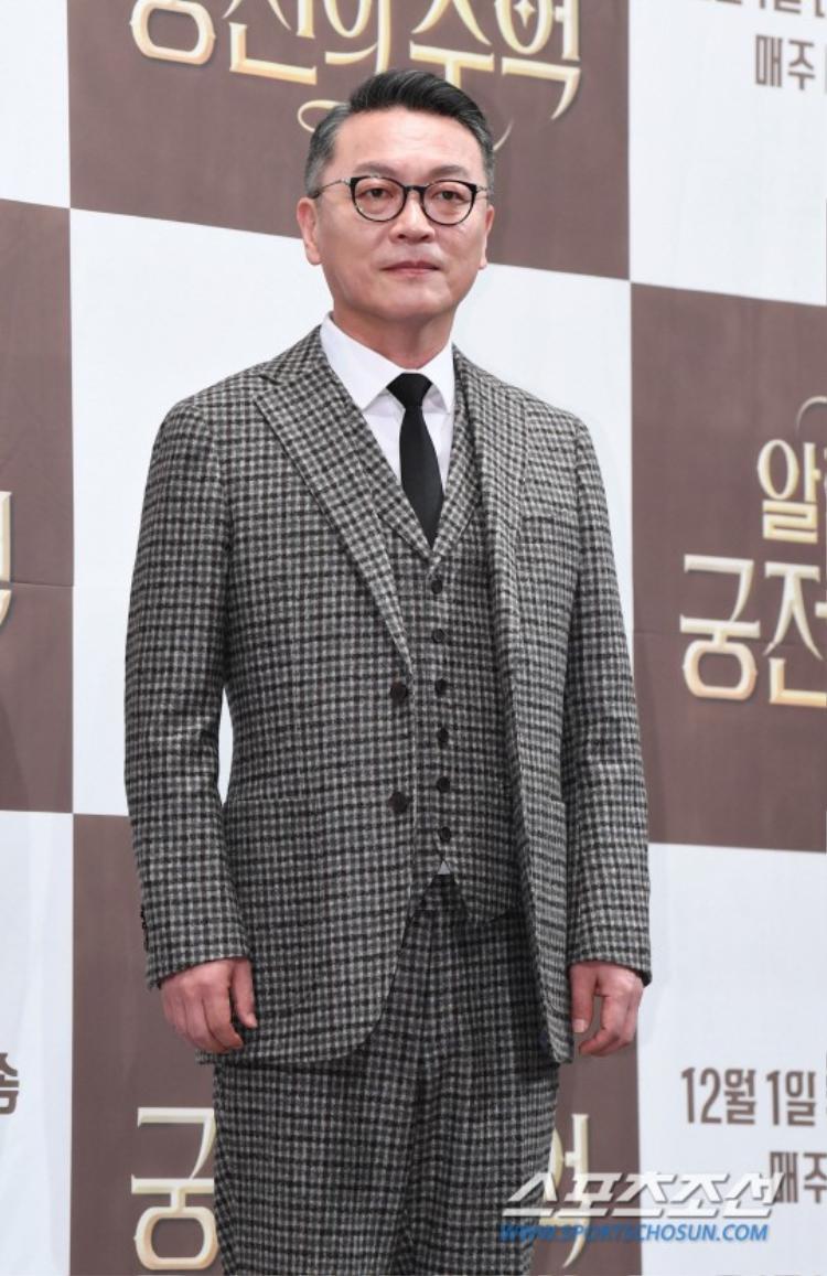 Park Shin Hye quyến rũ, đắm đuối nhìn Hyun Bin tại họp báo Memories of the Alhambra