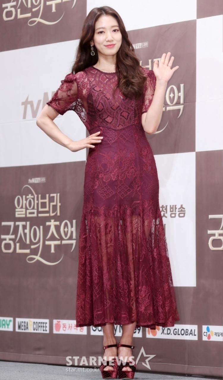 Hyun Bin và Park Shin Hye phản ứng ngọt lịm trong họp báo Phim Ký Ức Alhambra