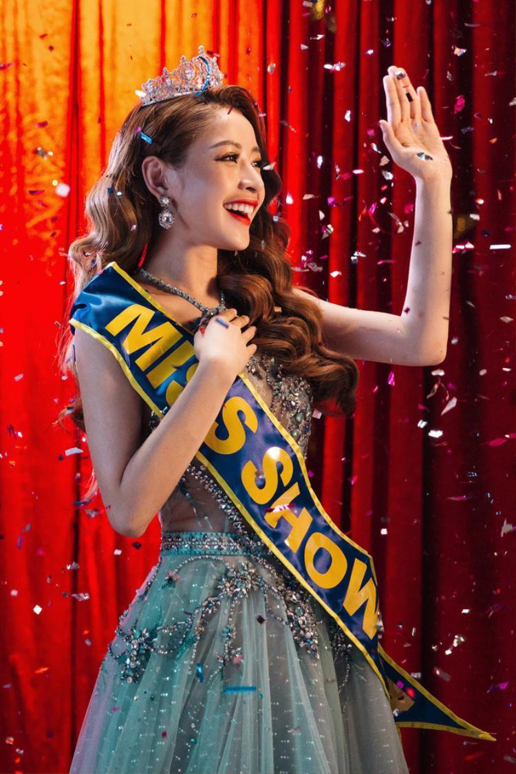 Chi Pu với tạo hình của một Hoa hậu trong MV Em sai rồi anh xin lỗi em đi.