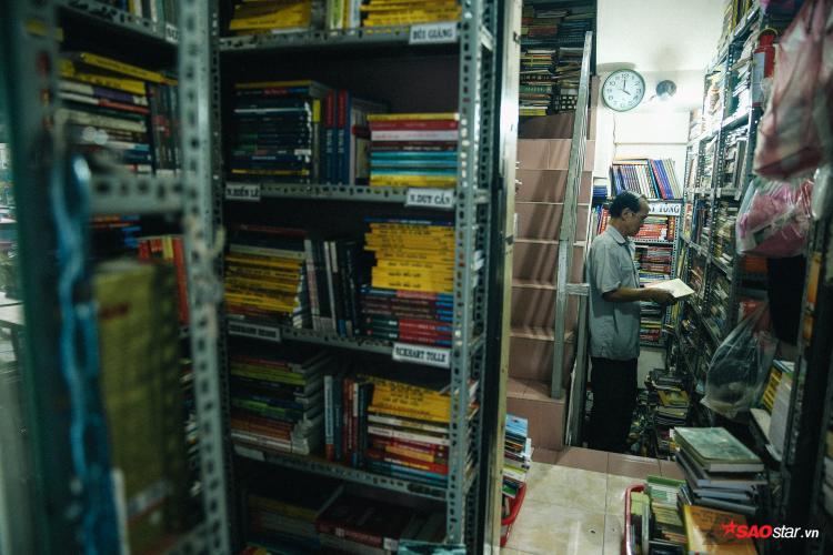Mở cửa từ 3 giờ chiều và đóng cửa vào lúc 10 giờ tối, không lúc nào tiệm sách của chú Cần vắng khách