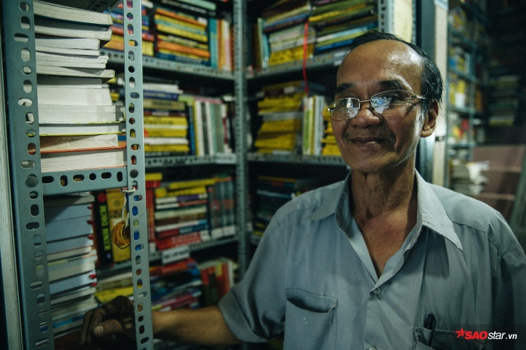 Chú Nguyễn Ngọc Cần (66 tuổi), chủ tiệm sách miễn phí