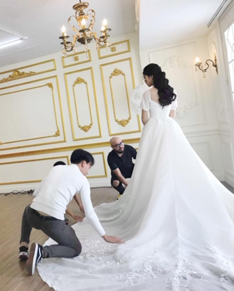 Phía sau chiếc váy khoe trọn vòng eo tuyệt đẹp của á hậu