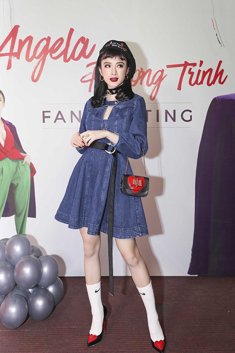 """Angela Phương Trinh vốn được biết đến là """"nữ hoàng thảm đỏ"""" của showbiz Việt. Thế nhưng tại một sự kiện, trong khi phần trên người đẹp diện váy denim, đội mũ beret rất cổ điển quý phái thì phía dưới cô lại kết hợp cùng tất trắng cao đến ngang bắp chân cùng với đôi giày cao gót trông không hề hợp với chiếc váy denim, đáng lẽ diễn viên """"Bà mẹ nhí"""" nên bỏ hẳn đôi vớ ra thì trang phục trông sẽ tuyệt vời hơn nhiều."""