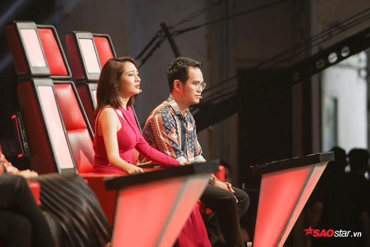 Bảo Anh - Khắc Hưng tập trung xem phần trình diễn của thí sinh