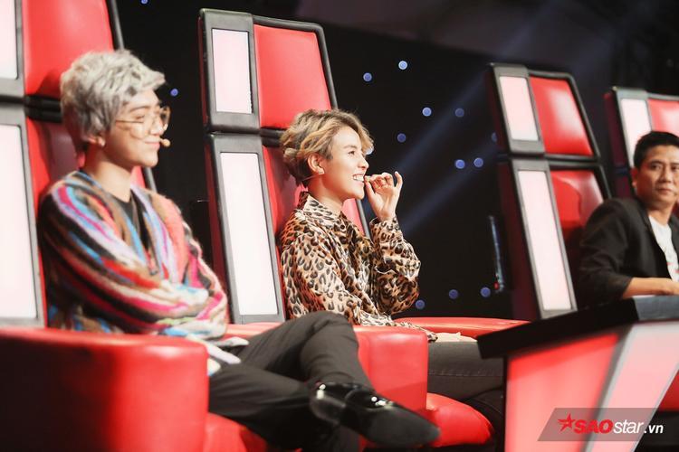 Cặp đôi lầy lội nhất The Voice Kids, trong khi Hồ Hoài Anh nghiêm túc nghe nhận xét thì cả hai vừa nhận xét vừa cười