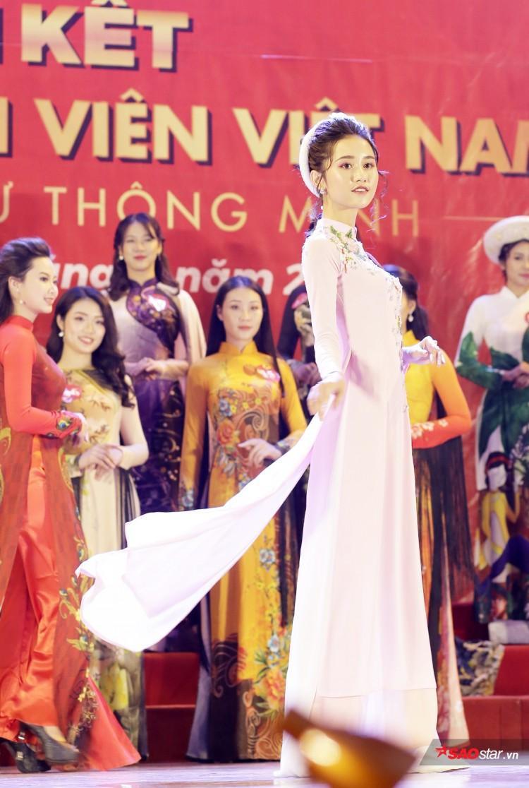 Hoa khôi ĐH Kinh tế Kĩ thuật và Công nghiệp Nguyễn Thùy Trang đang là sinh viên năm 2 khoa Kế toán của trường.