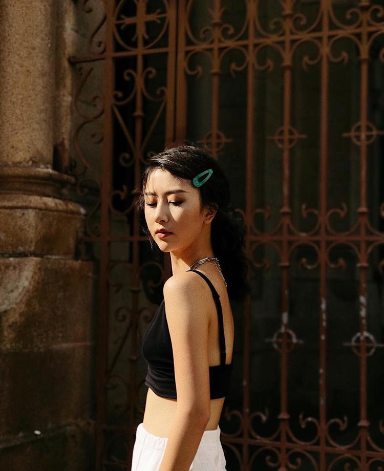 Hot girl Quỳnh Anh Shyn và một số hotgirl cũng mê mệt xu hướng này.