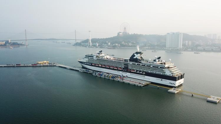 Trong đó bến cảng khách dài 406m gồm 6 trụ neo; sảnh đón khách dài 130m, rộng 30m, bến du với tổng số người lên đến 8.460 (bao gồm cả hành khách và thủy thủ đoàn),thuyền được thiết kế hiện đại, đẳng cấp…