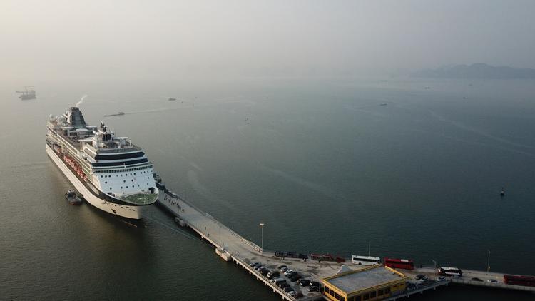 Cảng hành khách quốc tế Hạ Long nằm ngay bên trái tuyến luồng Hòn Gai - Cái Lân thuộc phường Bãi Cháy, TP.Hạ Long, có tổng vốn gần 1.100 tỷ đồng, do Công ty TNHH Mặt Trời Hạ Long đầu tư.
