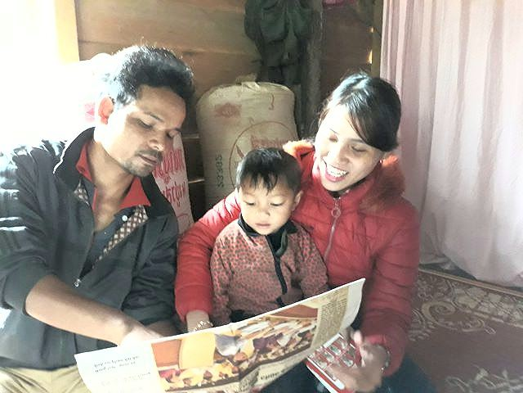 Cậu bé 3 tuổi chưa được ai dạy đã đọc vanh vách tiếng Việt. Ảnh: Tiền Phong.