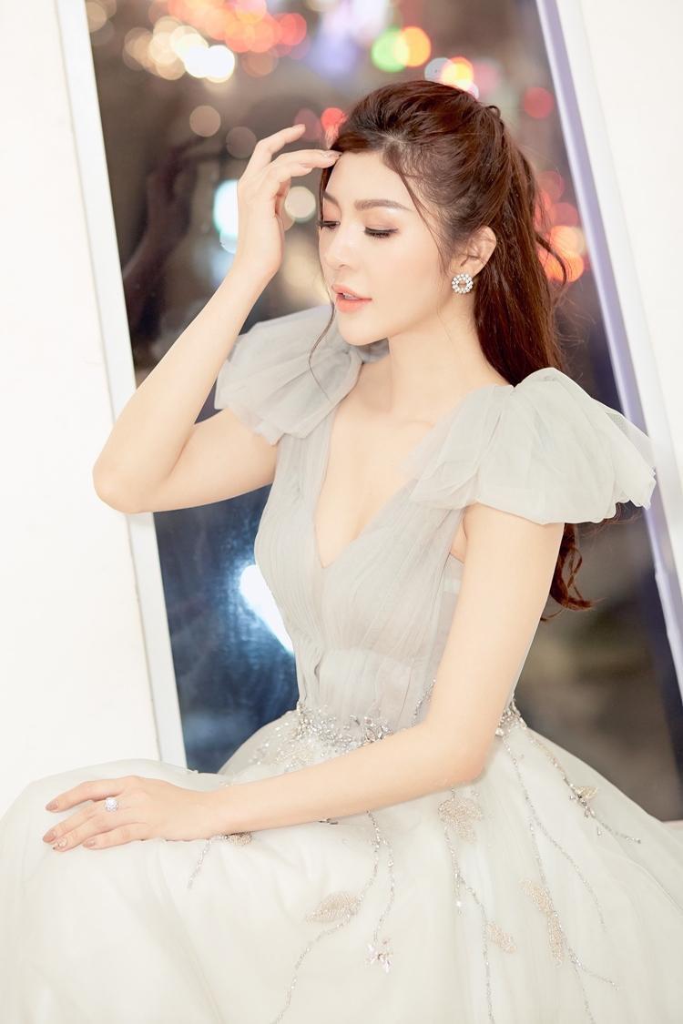 Chọn cho mình chiếc váy dạ hội xám khói nữ tính cổ chữ V gợi cảm với điểm nhấn hai chiếc nơ trên vai, hoa hậu Thiên Hương nhận nhiều lời khen về nhan sắc.