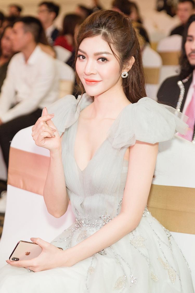 Với kinh nghiệm làm mẫu thời trang, đóng quảng cáo cho hàng loạt nhãn hàng, Thiên Hương sở hữu khả năng catwalk chuyên nghiệp cùng thần thái rạng ngời trước ống kính.