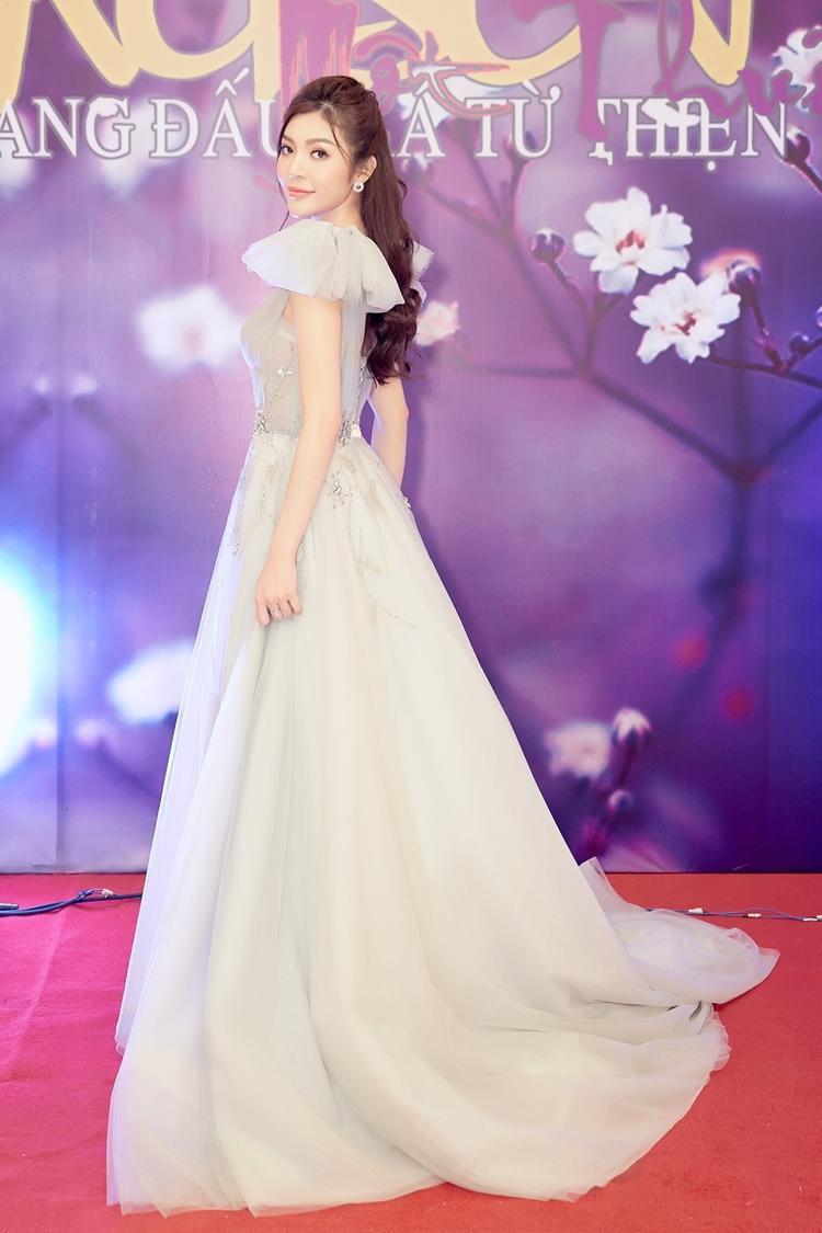 Xuất hiện tại sự kiện, với phong cách quen thuộc, Thiên Hương khoe nhan sắc trong veo với chiếc đầm công chúa cầu kỳ.