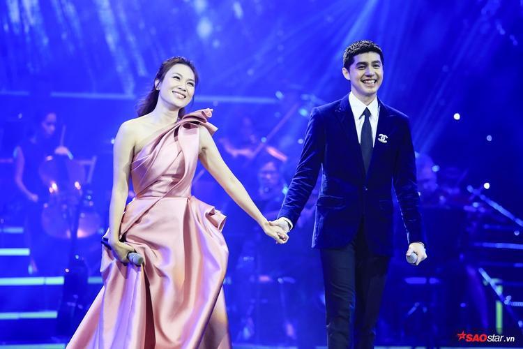 Hai nghệ sĩ nắm chặt tay nhau vô cùng tình cảm trong suốt màn trình diễn.