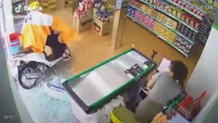 Cô gái lao xe vào cửa hàng tạp hoá khiến nữ nhân viên hoảng sợ - Ảnh chụp màn hình