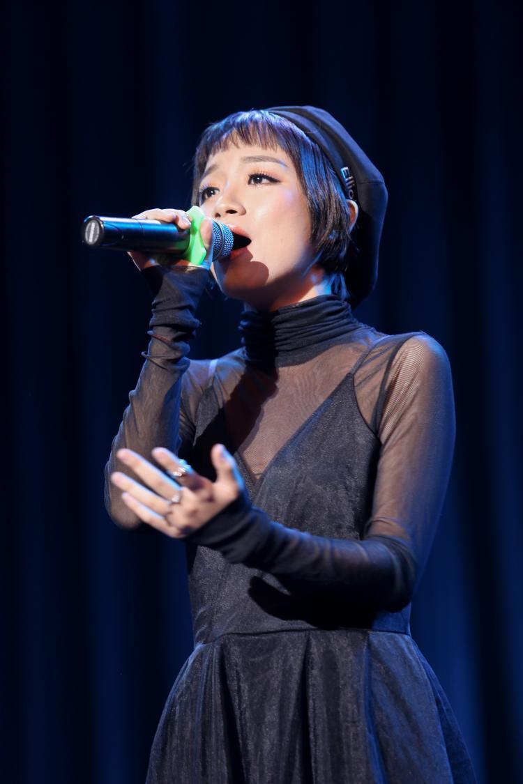 Gia Nghi là khách mời đặc biệt trong đêm nhạc tại ĐH Ngoại Thương.