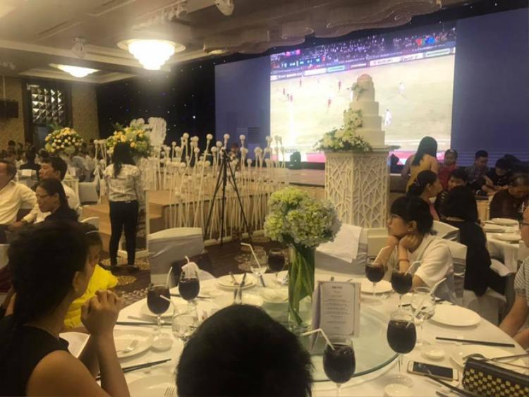 Thay vì đến những quán cafe, thì có thể đến dư đám cưới này để được xem bán kết VFF trên màn hình led.
