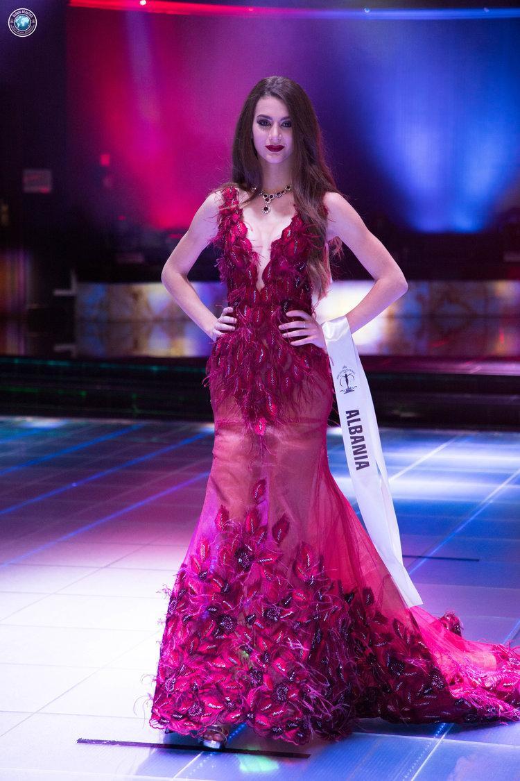 Người đẹp Albania rất khéo léo khi chọn màu son cùng màu váy áo.