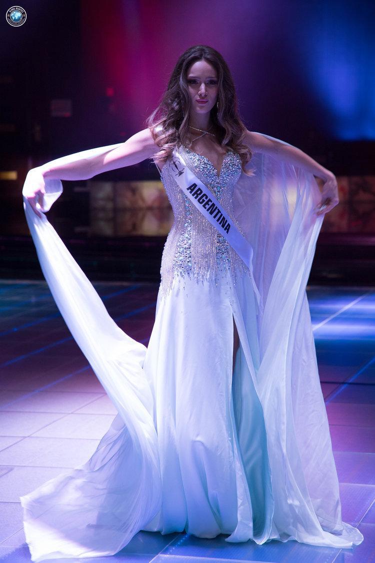 Thiết kế với phần dải lụa trắng đem lại cho mỹ nhân Argentina sự nổi bật khi xuất hiện trên sân khấu lớn.