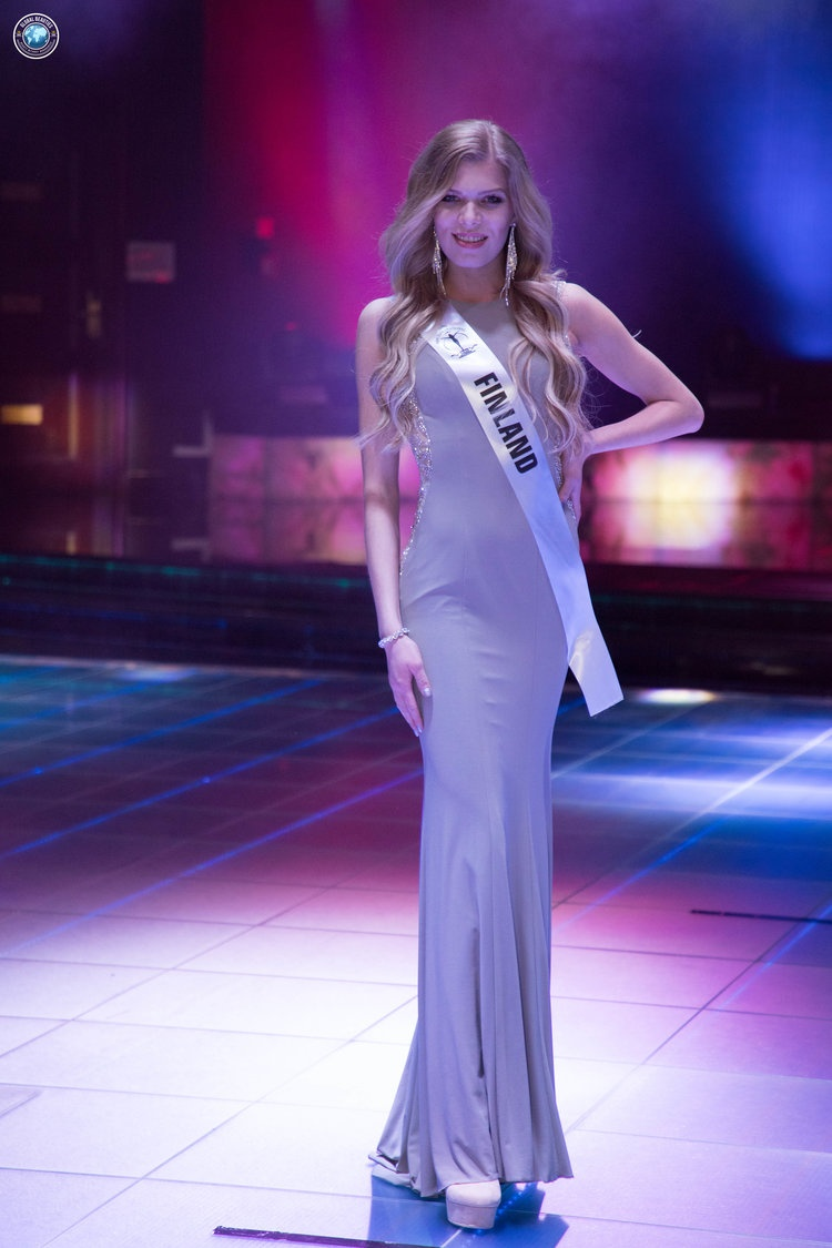 """Hoa hậu Phần Lan có lẽ đang nhầm giữa phong cách """"tối giản"""" với """"đơn giản"""". Bộ cánh mà cô chọn hoàn toàn """"trơn tuột"""", không có một chút điểm nhấn nào."""