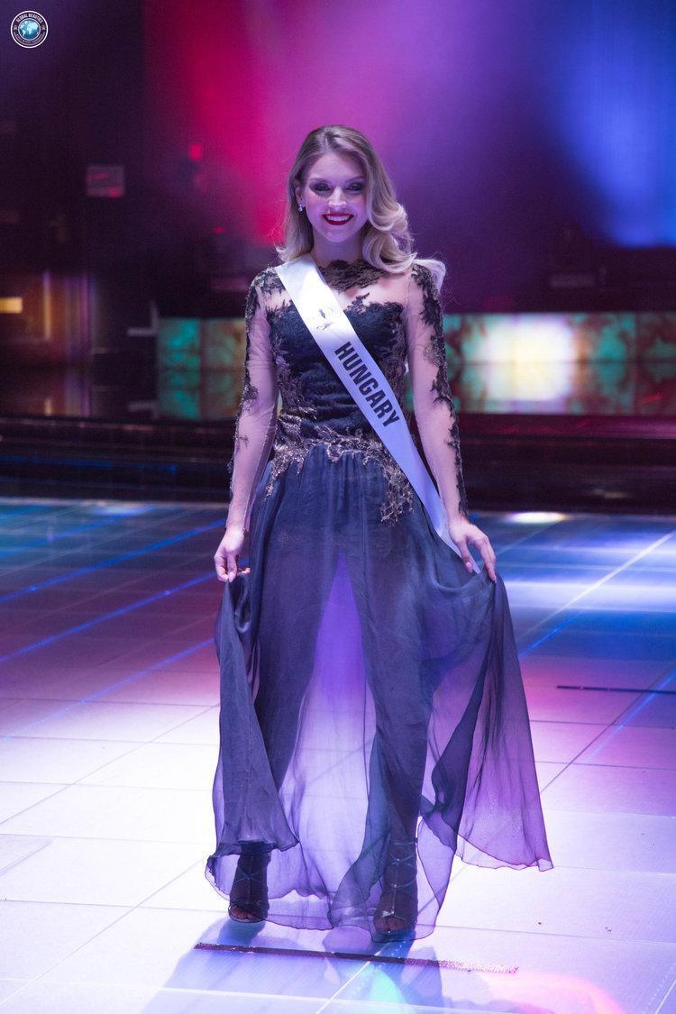 """Phần tùng váy quá mỏng khiến đại diện Hungary bị… """"lộ hàng""""."""