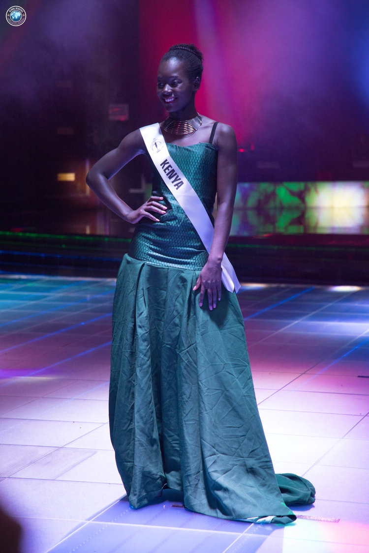 """Thời gian gấp rút khiến đại diện Kenya quên """"là ủi"""" váy áo chăng?"""