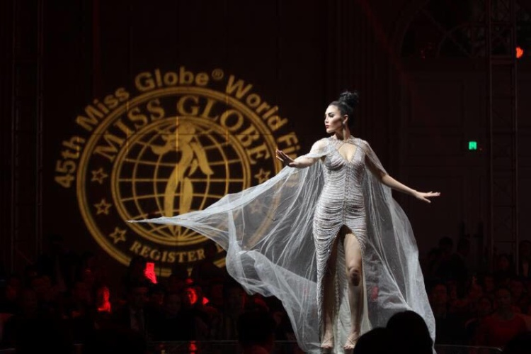 Trong đêm chung kết, Tuyết Trần đã có phần thể hiện sự quyết tâm và xuất sắc khi có những sải bước đầy tự tin trong bộ trang phục dạ hội, áo dài và bikini nóng bỏng.