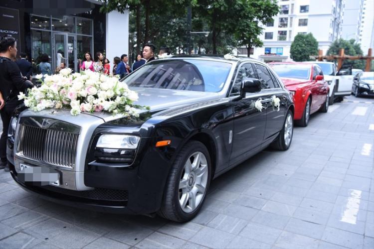 Đoàn xe rước dâu có 2 siêu xe Rolls-Royce Phantom, mỗi chiếc có giá khoảng hơn 20 tỷ đồng
