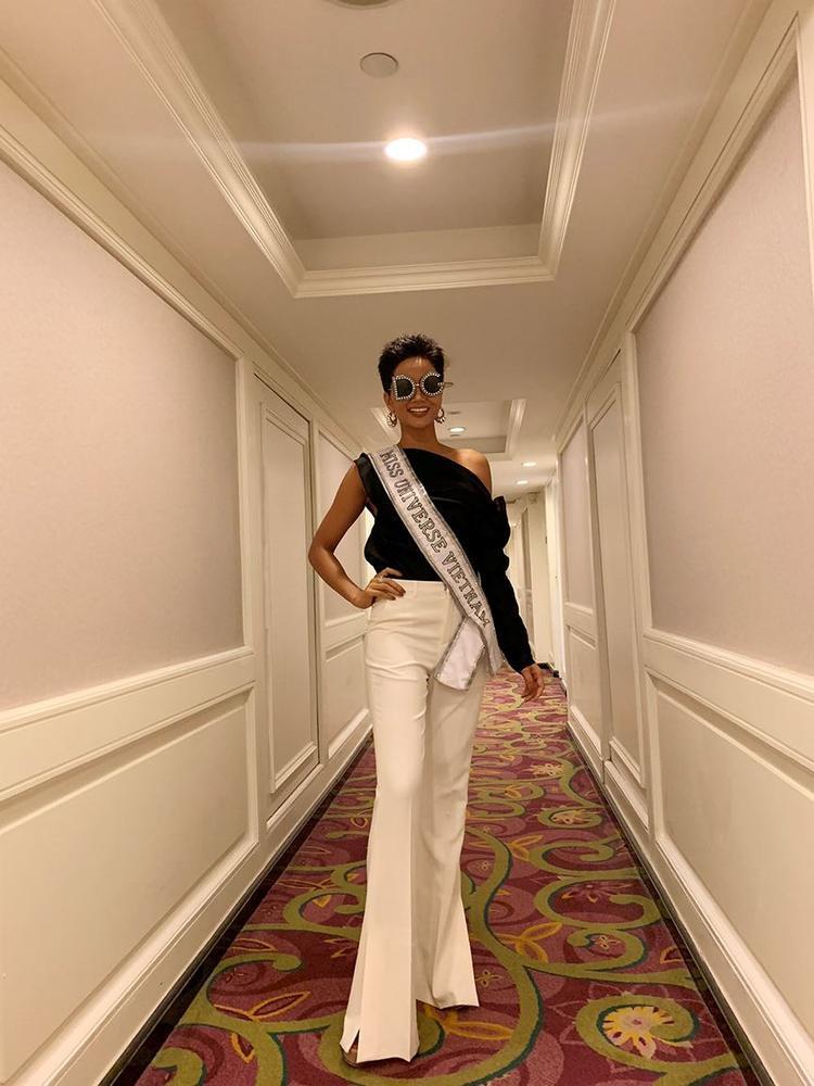 Không chọn phong cách 'beauty queen' lộng lẫy, thanh lịch như thường thấy; H'Hen Niê xuất hiện như một fashionista với bộ cảnh phối hai màu trắng-đen cực chất.