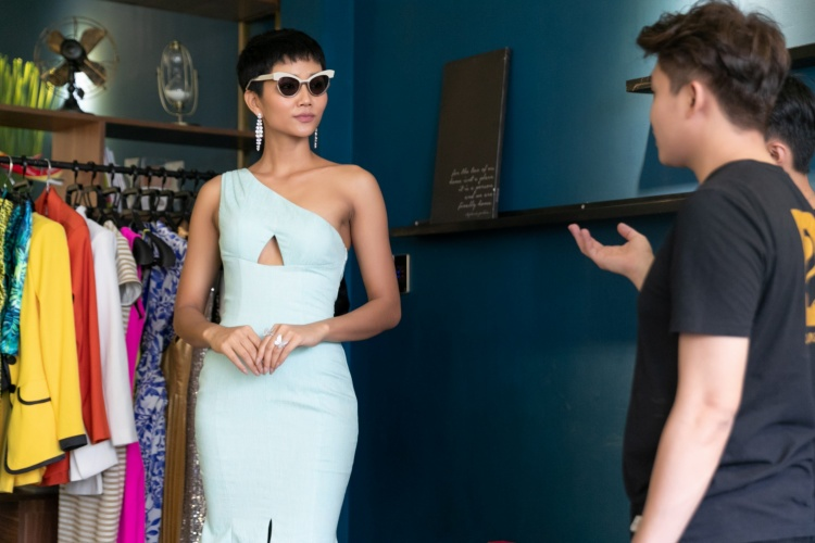 Cô sử dụng nhiều loại mắt kính kiểu dáng khác nhau, phù hợp từng layout trang phục.